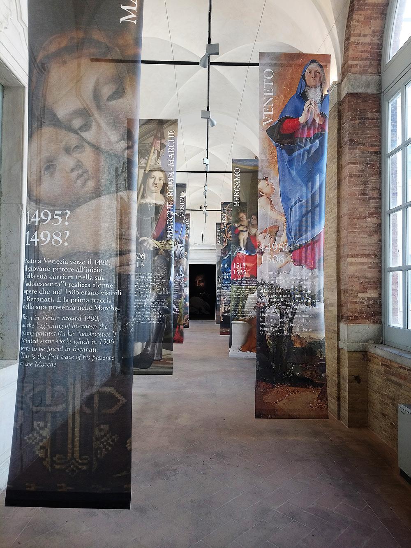 L'ingresso scenografico della mostra Lorenzo Lotto. Il richiamo delle Marche