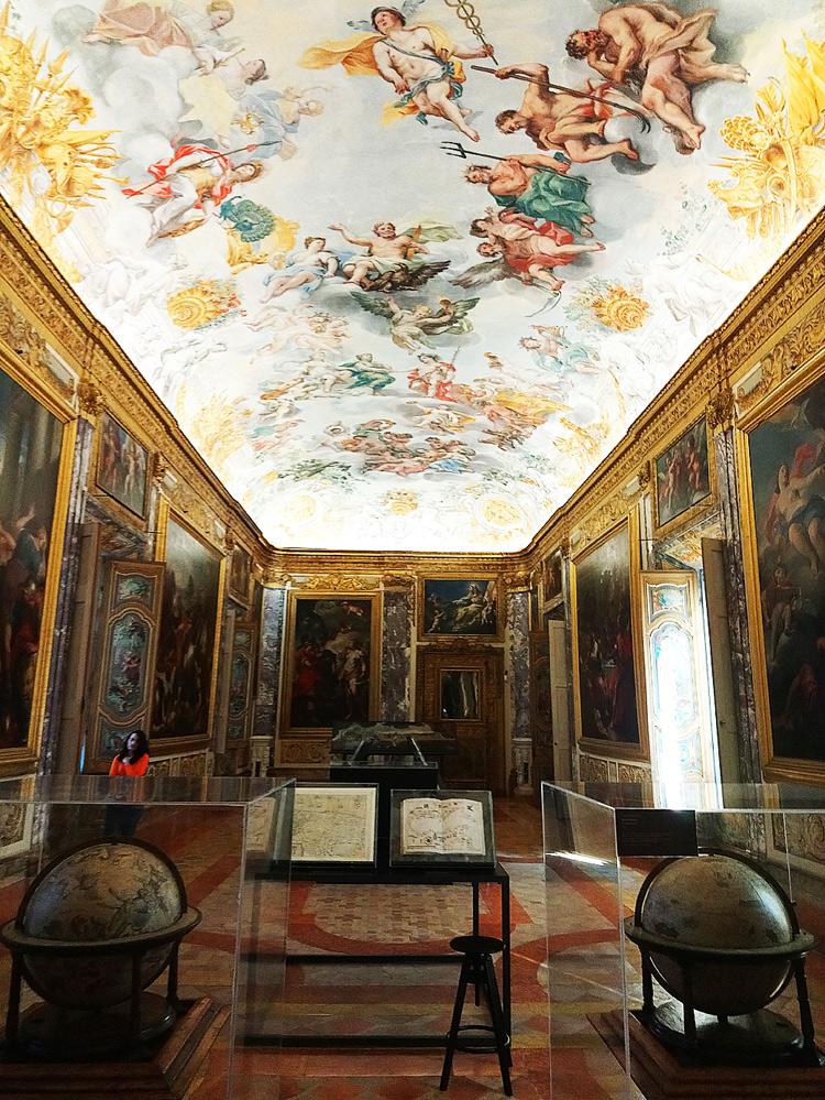 Anche un ambiente molto difficile come il Salone dell'Eneide di Palazzo Buonaccorsi è stato affrontato col dovuto rispetto: ospita una delle sezioni della mostra su Lorenzo Lotto che approfondiscono il contesto storico-culturale