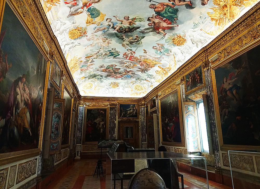 Il Salone dell'Eneide con gli allestimenti minimali per la mostra su Lorenzo Lotto