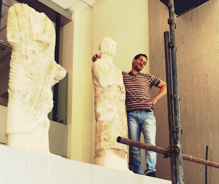 Stefano L'Occaso durante i lavori di allestimento al Museo Archeologico Nazionale di Mantova