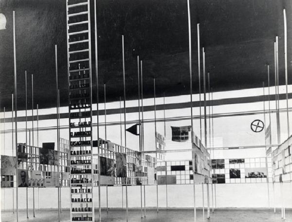 Marcello Nizzoli e Edoardo Persico, la Sala delle Medaglie d'Oro alla Mostra dell'Aeronautica del 1934 fotografata da News Blitz (1934; Milano, Fondo Archivio Fotografico della Triennale di Milano)