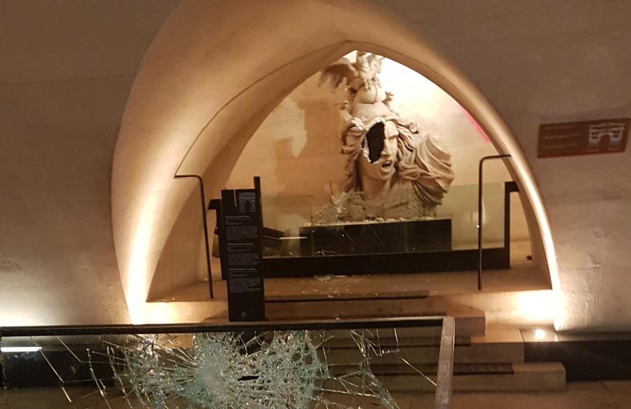 Guerriglia urbana a Parigi, deturpato e danneggiato l'Arco di Trionfo