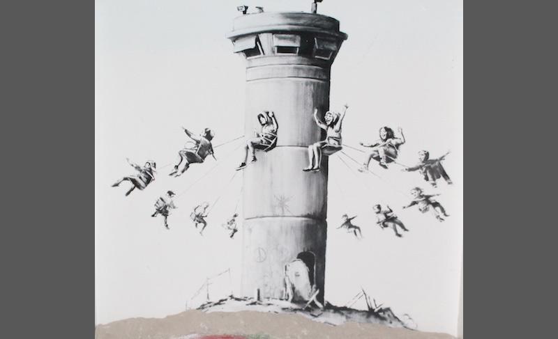 MuDEC, cerca di rubare un'opera di Banksy alla mostra, sostituendola con un falso: denunciato