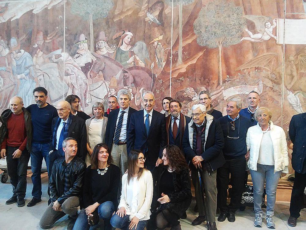 Il team dei restauratori e dell'Opera della Primaziale davanti al Trionfo della Morte di Buonamico Buffalmacco