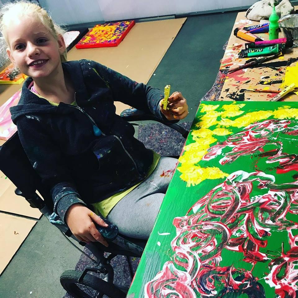 In mostra a Prato le opere di Clara Woods, la bambina che parla con i quadri