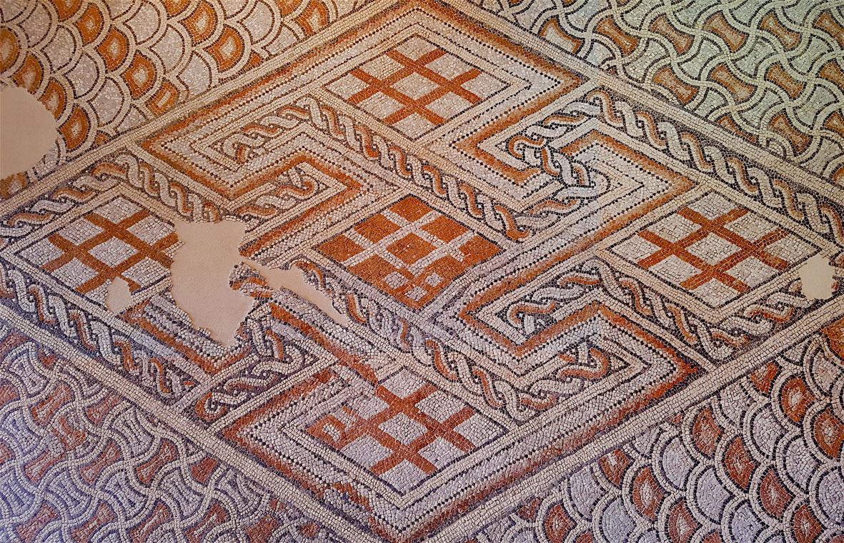 Mosaico dal cosiddetto Palazzo di Teoderico, marmo bianco d'Istria, nero d'Italia, cotto, palombino, rosa di Verona. Inizio del VI secolo.