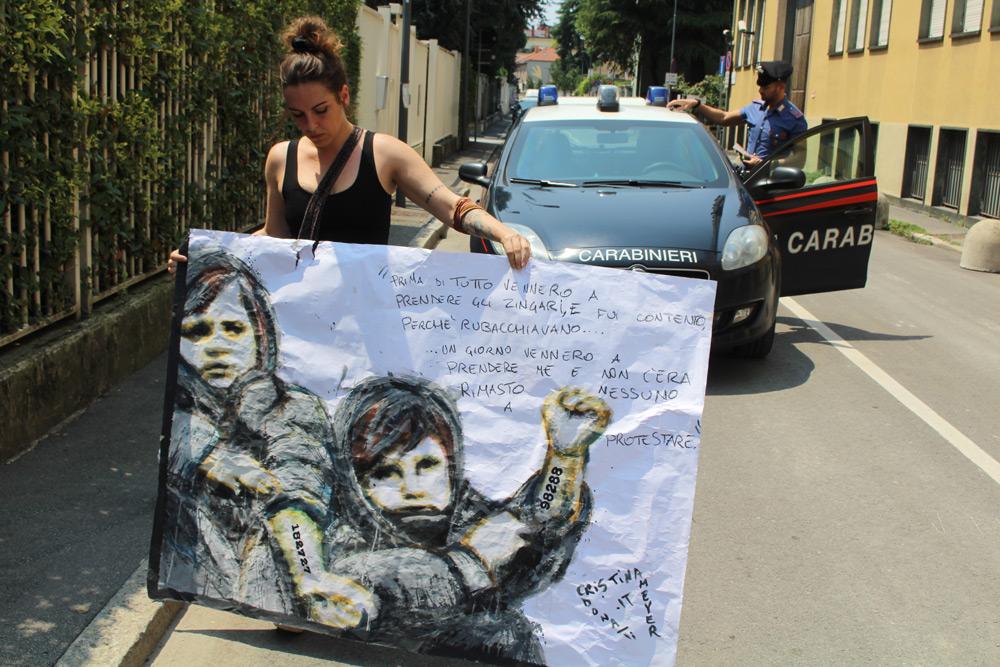 Un'opera contro il censimento dei rom alla sede della Lega Nord: nuovo blitz artistico di Cristina Donati Meyer
