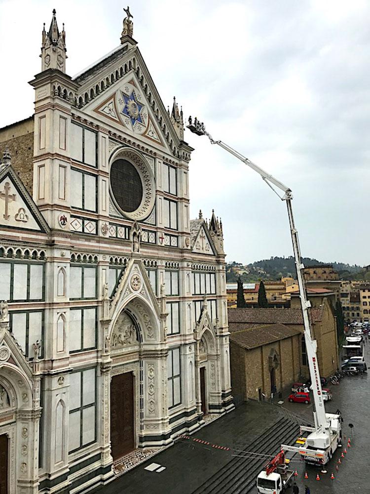 Santa Croce: controllo periodico per la facciata che venne costruita con un vero e proprio fundraising