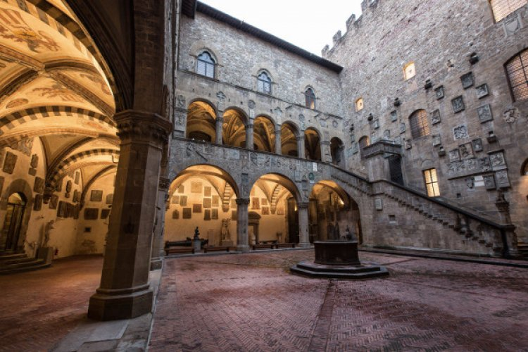 Firenze: due mostre per visitatori con disabilità visive. Si possono toccare opere di Michelangelo e Giambologna!