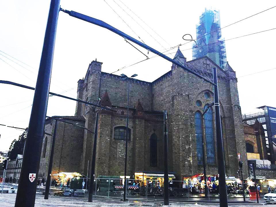 Firenze, la foresta di pali della tramvia deturpa Santa Maria Novella. Pesanti critiche dalle associazioni e dal soprintendente