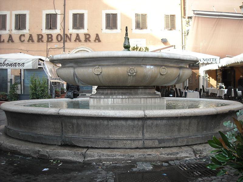 Tifosi francesi assaltano e festeggiano nella fontana di Campo de' Fiori a Roma