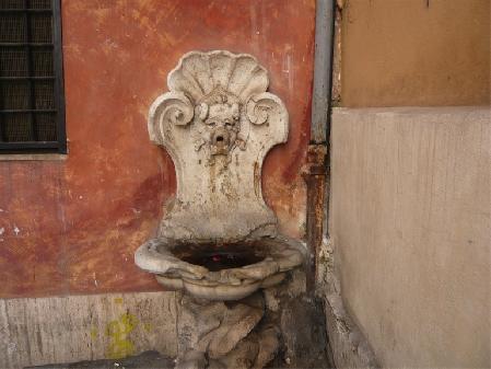 Roma, sparita fontanella da via della Tribuna di San Carlo, forse rubata durante restauro