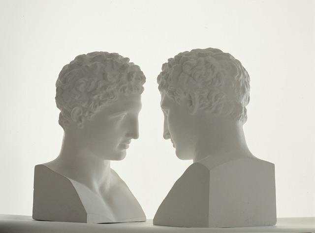 Giulio Paolini, genio dell'arte concettuale, protagonista di un'importante retrospettiva a Milano. Le foto delle opere
