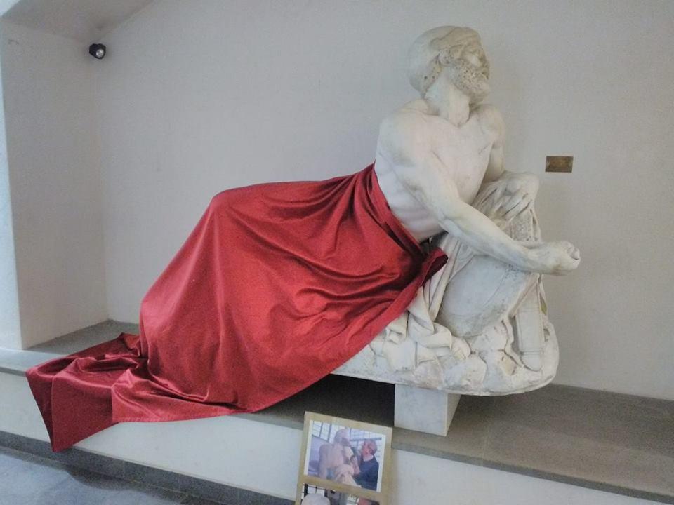 Savona, statua coperta con un telo: