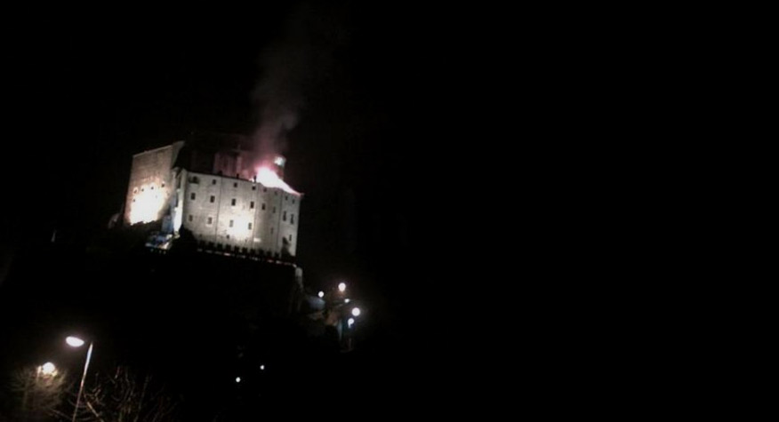Piemonte, incendio alla Sacra di San Michele: fiamme sul tetto