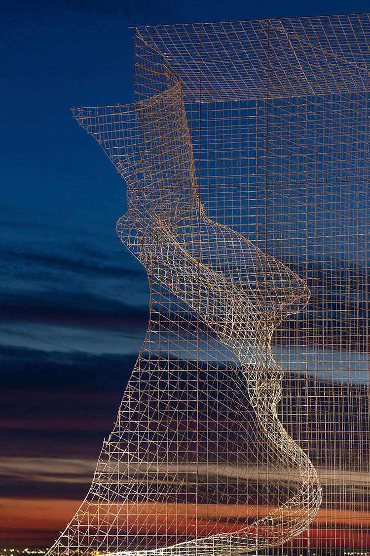 I volti di Edoardo Tresoldi sotto il cielo di Barcellona