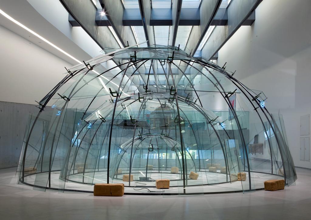 I celeberrimi igloo di Mario Merz in una grande retrospettiva a Milano