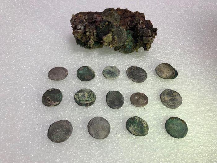 Pompei: il fuggiasco schiacciato da un masso portava delle monete