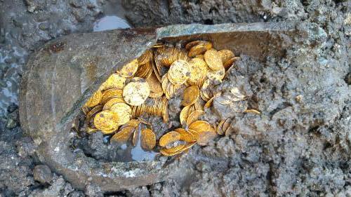 Trovata un'anfora piena di monete d'oro di epoca romana nel centro di Como