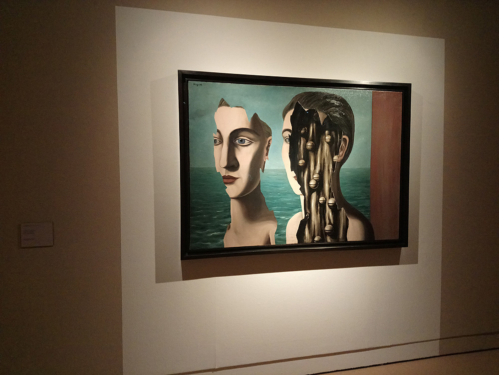 Sala della mostra sul grande surrealismo a Pisa