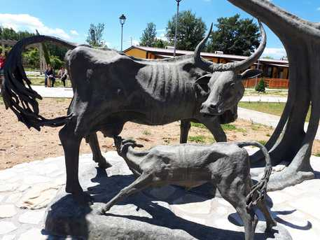 Amatrice, inaugurata la statua bronzea di Alfiero Nena, donata dall'artista alla città