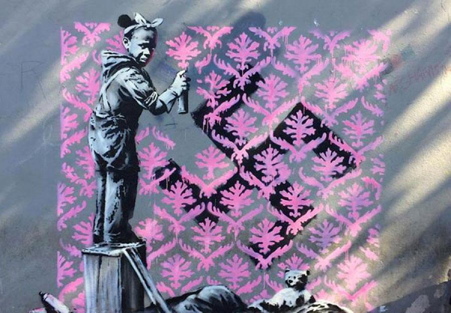 Banksy colpisce ancora: nuovi murales a Parigi denunciano le politiche contro i migranti