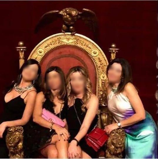 Napoli, insulto a Palazzo Reale: quattro donne si fanno un selfie sul trono borbonico