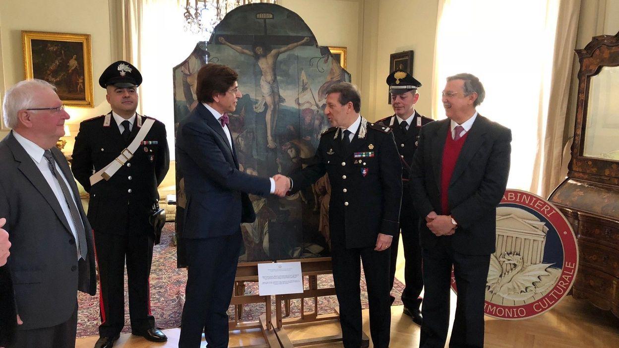 I carabinieri restituiscono al Belgio una pala rubata e ritrovata in Italia