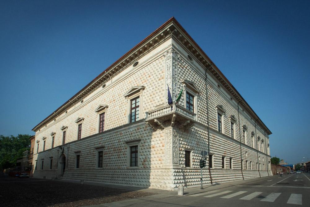 Ferrara, torna a splendere la facciata di Palazzo dei Diamanti: finito il restauro
