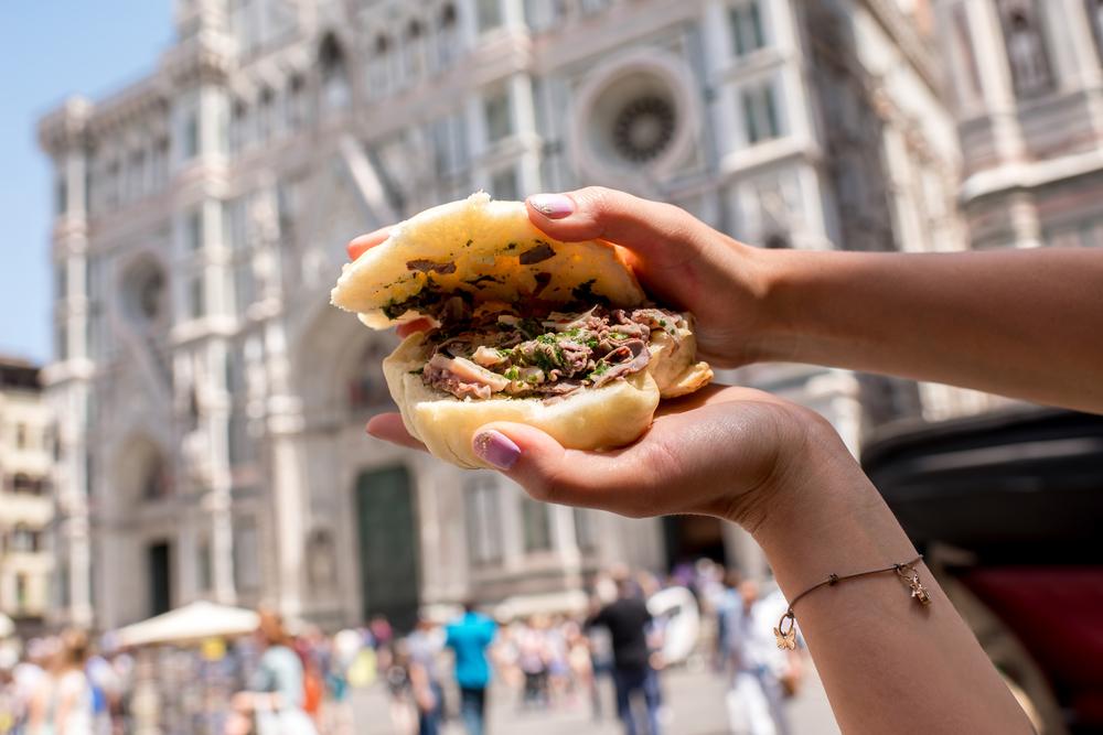 Firenze, il Comune vieta di mangiare panini per strada. Nei giorni in cui apre il festival dello Street Food...