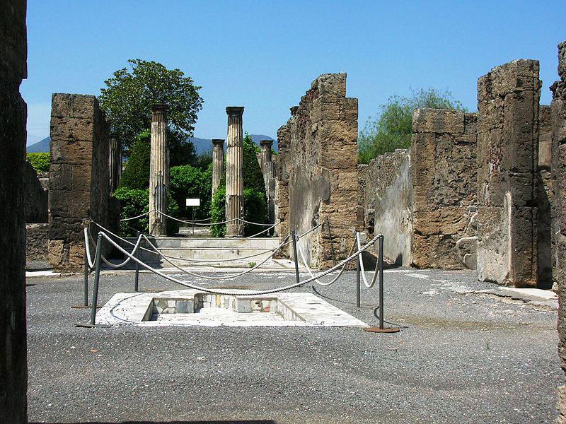 Ennesimo atto di inciviltà: turista francese si siede su colonna degli scavi di Pompei e posta la foto