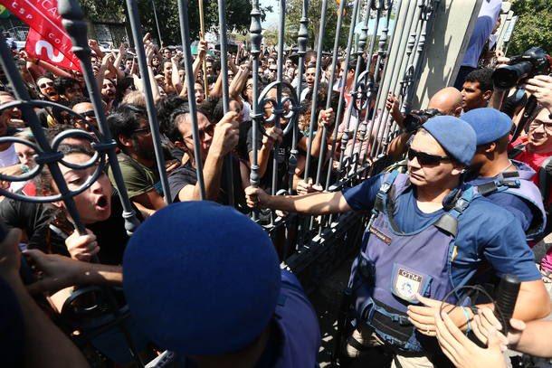 I cittadini di Rio protestano contro la devastazione del Museo Nazionale. La polizia usa i lacrimogeni