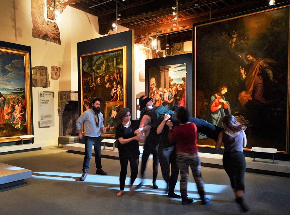 Le opere di Palazzo Pretorio diventano quadri viventi in una performance