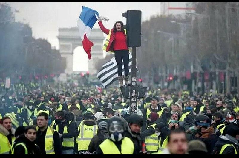 Parigi, domani chiusi tutti i musei, dal Louvre al Musée d'Orsay. Si temono forti disordini per la protesta dei gilet gialli
