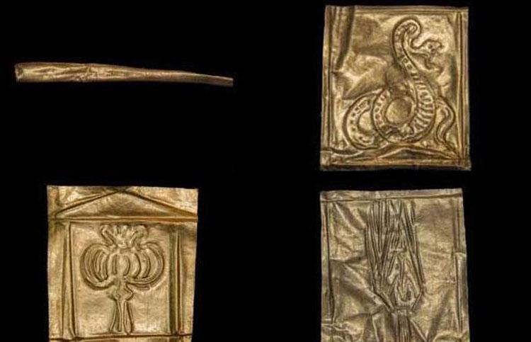 Il sarcofago in granito nero rinvenuto ad Alessandria d'Egitto custodiva tre scheletri e oggetti d'oro
