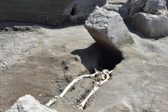 Pompei, trovato lo scheletro di un uomo claudicante: una scoperta straziante