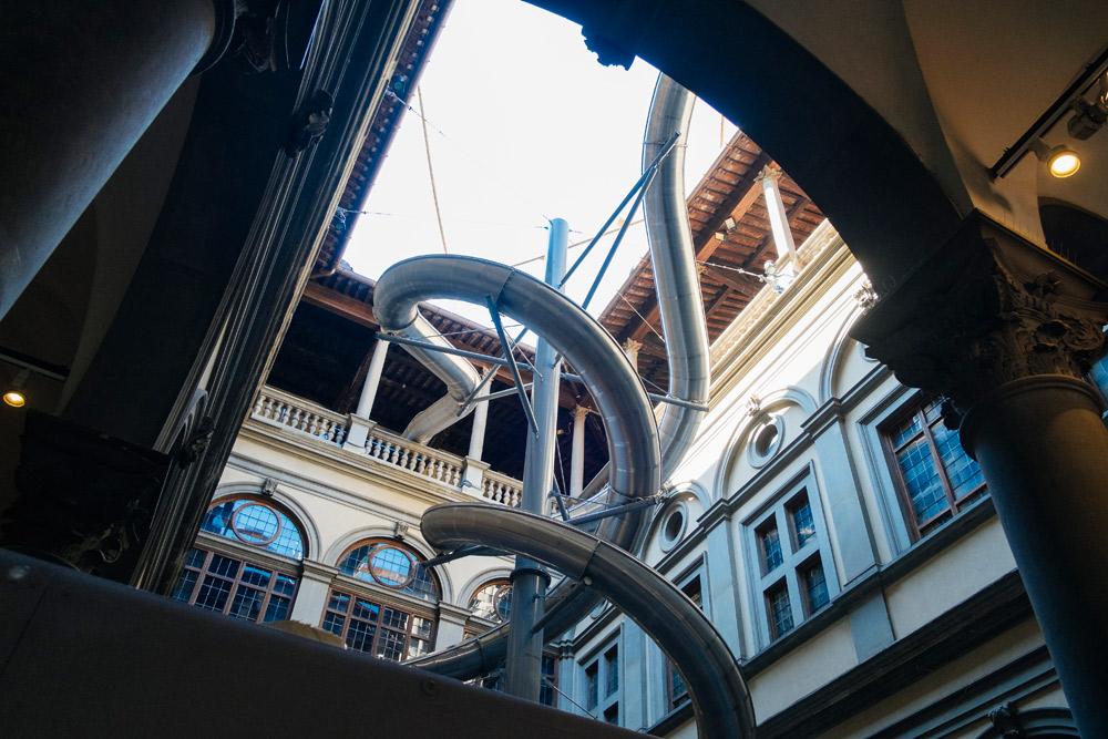 Ecco il grande scivolo di Carsten Höller a Palazzo Strozzi. Siete pronti a tuffarvi dai suoi 20 metri d'altezza?