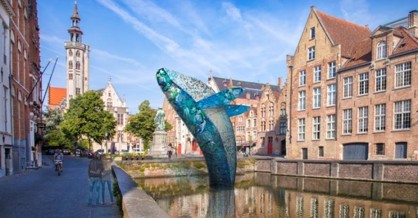 La Triennale di Bruges 2018 all'insegna della liquidità, tra baci sull'acqua, città volanti e spazi d'accoglienza ideali
