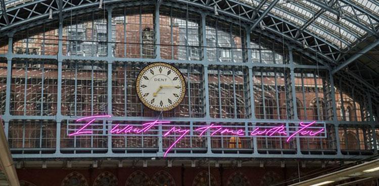 La scritta al neon rosa di Tracey Emin conquista la stazione londinese di St.Pancras International