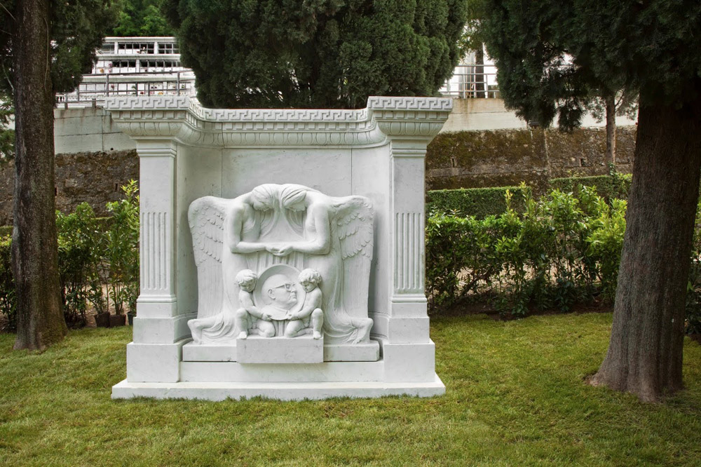 Maurizio Cattelan, Untitled (2010; marmo, 155 x 140 x 40 cm). Opera presentata alla XIV Biennale di Carrara