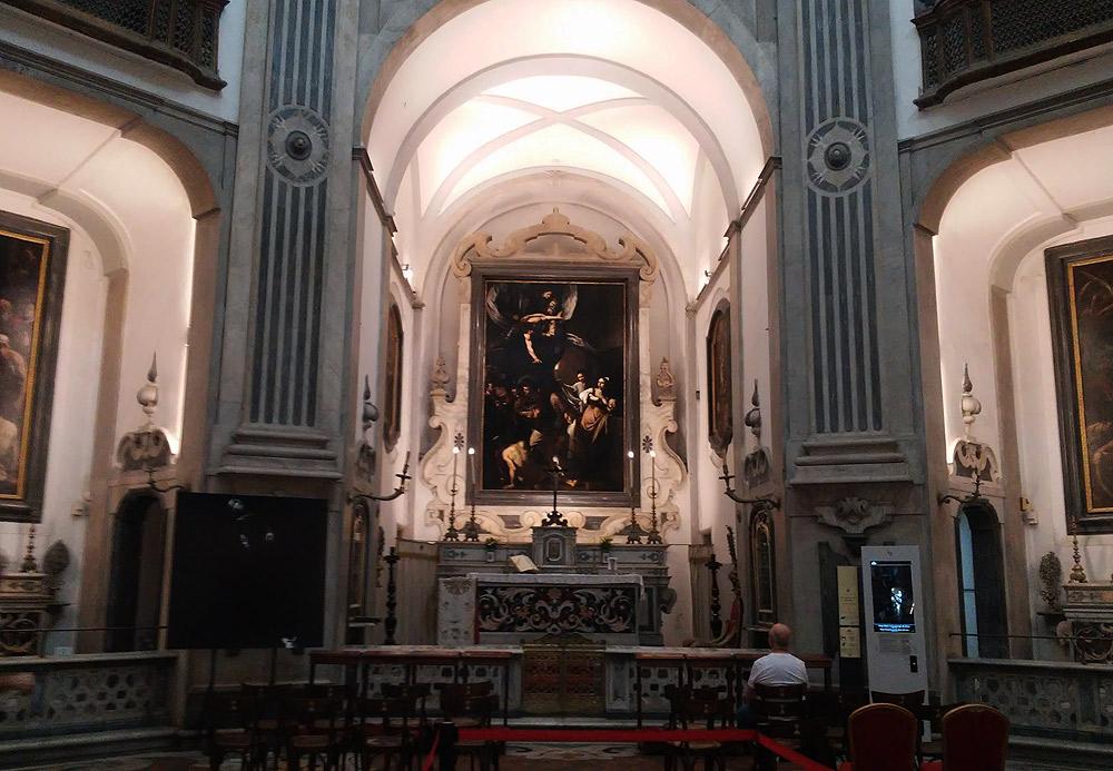 Interno del Pio Monte della Misericordia con il dipinto di Caravaggio, le Sette opere di misericordia
