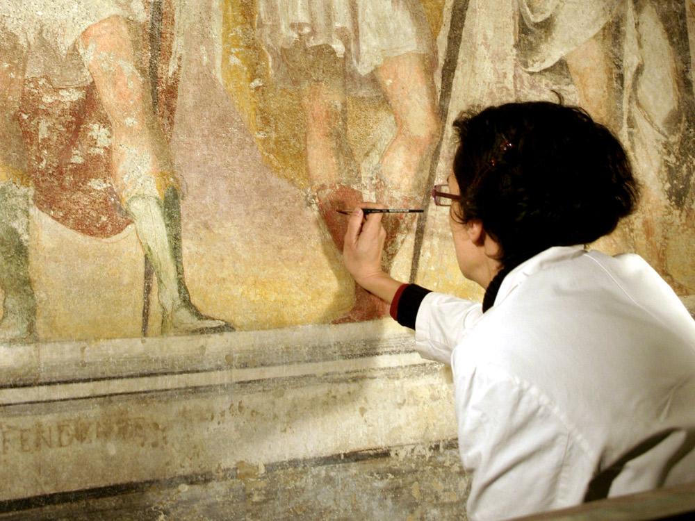 Restauratrice all'opera nella basilica di Sant'Eustorgio a Milano. Ph. Credit Giovanni Dall'Orto