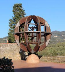L'uomo vitruviano come simbolo di squilibrio: Mario Ceroli reinterpreta Leonardo da Vinci