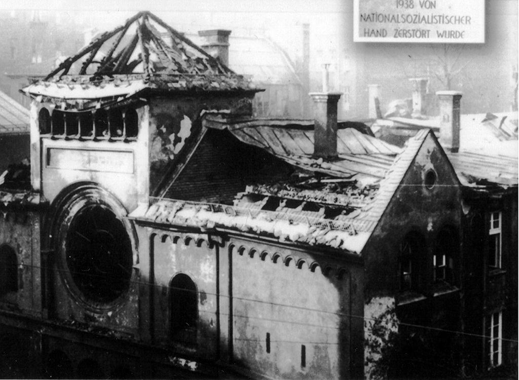 La vecchia sinagoga Ohel Jakob a Monaco di Baviera distrutta durante la Notte dei Cristalli (1938; fotografia b/n; Collezione privata)