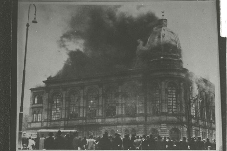 La sinagoga di Börneplatz a Francoforte sul Meno distrutta durante la Notte dei Cristalli (novembre 1938; fotografia b/n; New York, Center for Jewish History)