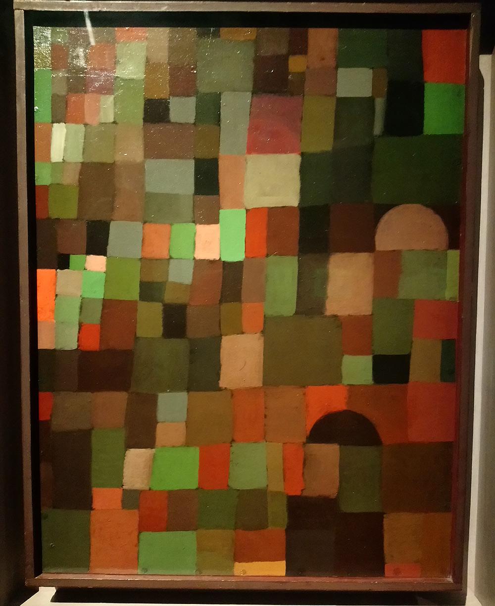 Paul Klee, Städtebild (rot grün gestuft) [mit der roten Kuppel],  Paesaggio urbano (in gradazioni di rosso-verde) [con la cupola rossa] (1923; olio su cartone su compensato, cornice originale, 46 × 35cm; Berna, Zentrum Paul Klee, dono di Livia Klee)
