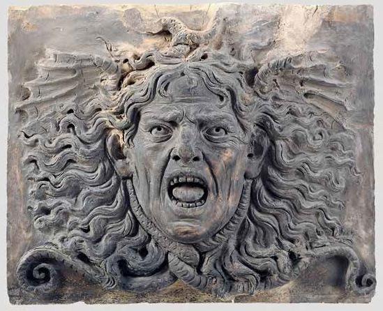 Allievo fiorentino di Andrea del Verrocchio attivo a Roma (Michele Marini da Fiesole?), Gorgone (frammento di fregio architettonico; 1485-1495 circa; terracotta dipinta a monocromo, 30 x 37 x 7 cm; Roma, Museo di Roma a Palazzo Braschi, inv. MR 36901)