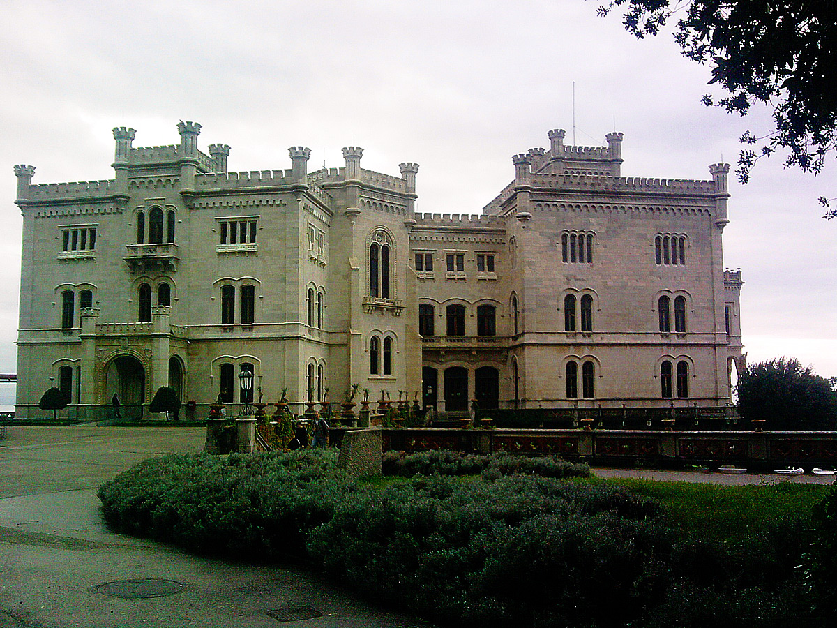 Il Castello di Miramare verso l'ingresso. Ph. Credit Finestre sull'Arte