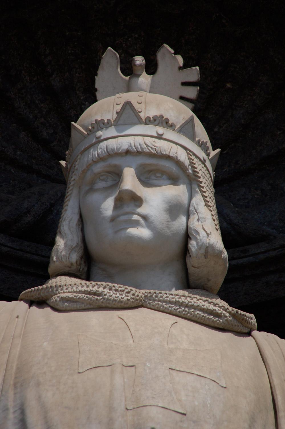 Emanuele Caggiano, Statua di Federico II, dettaglio (1887; marmo; Napoli, Palazzo Reale)