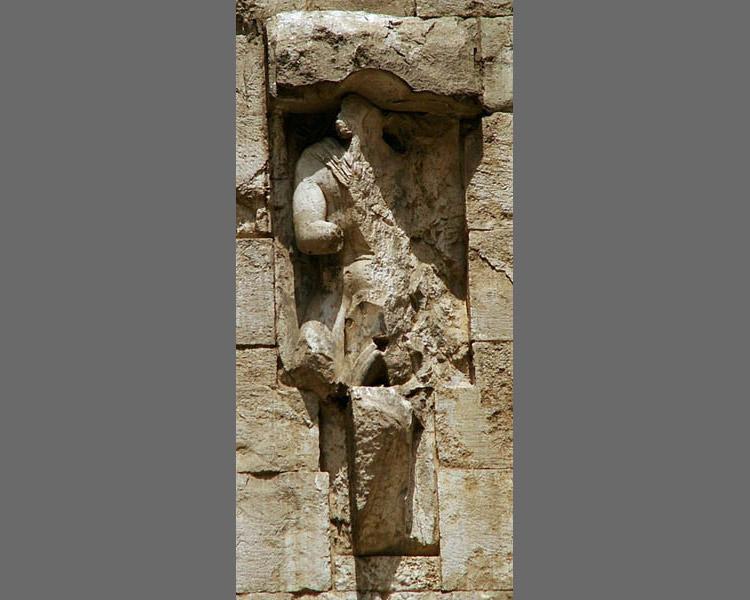 Ignoto scultore, Figura equestre (1242-1246; pietra calcarea; Andria, Castel del Monte)